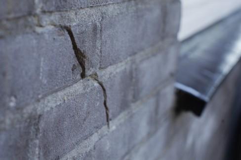 Boorgaten vullen in muur